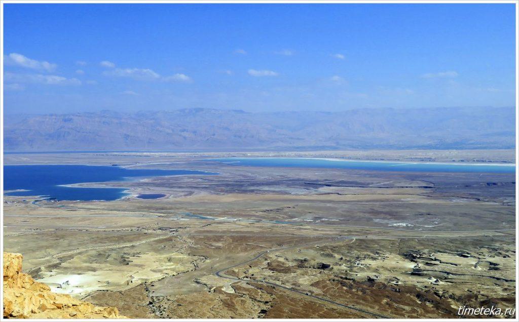 Вид на Мертвое море с горы Масада в районе перешейка