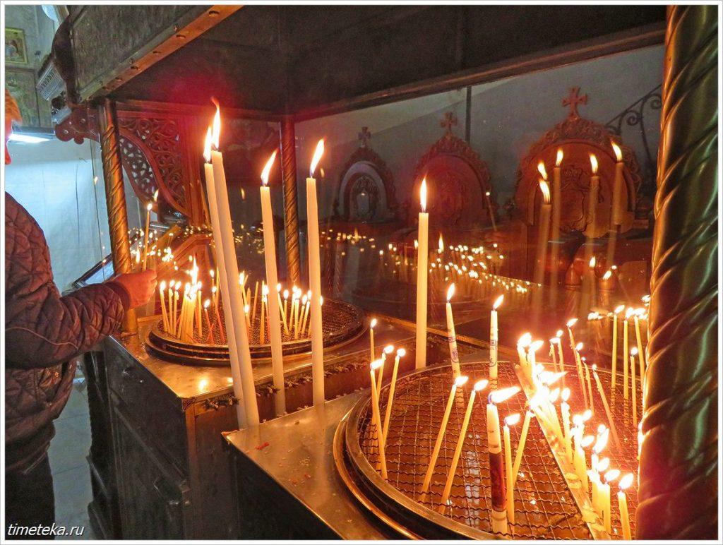 Здесь паломники ставят свечи